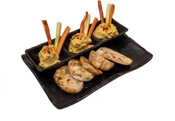 Хумус, поднесен с хрупкави пълнозърнести хлебчета