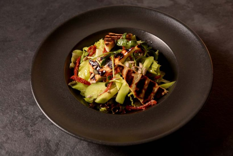 Микс от зелени салати с гриловано халуми, краставици, сушени домати и тиквени семки в медено-лимонов дресинг 300 гр.