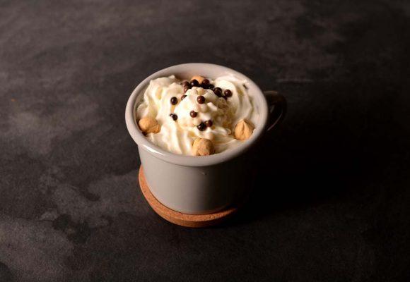 Криспи какаово топло мляко с вкус на лешници, сметана и парченца ядки
