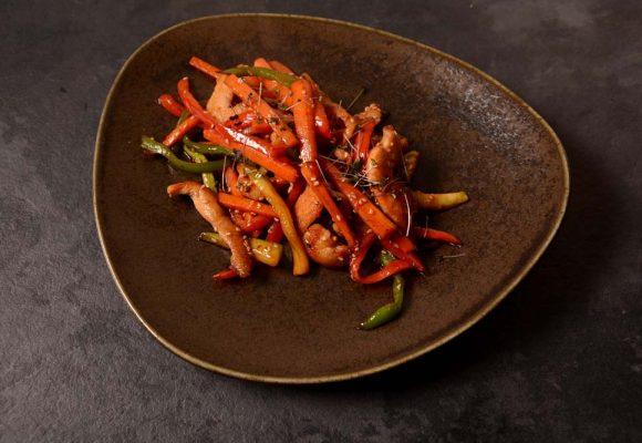 Пикантни пилешки филенца с ароматни зеленчуци на тиган