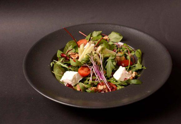 Свежа зелена салата с лоло росо, рукола, чери домат, кълнове, нар, стафиди, червена боровинка, орехи, ябълка, краве сирене и меден дресинг